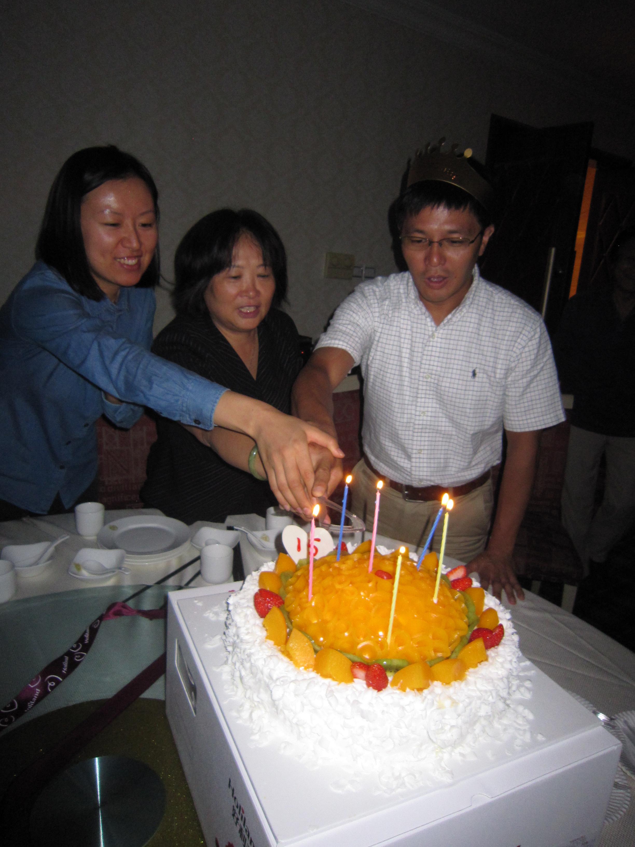 ENVIROASIA 15歳の誕生祝いにて 日・中・韓の代表者によるケーキ入刀