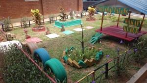 処分された古いタイヤ等で作られた庭園